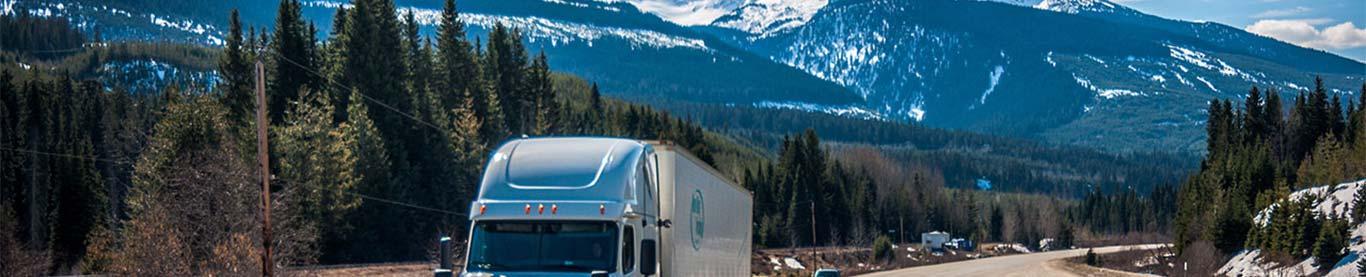 US-LKW vor dem Hintergrund der Rocky Mountains