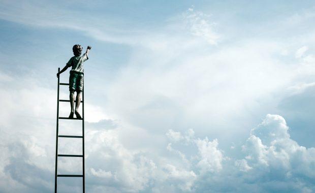 Ein Mann auf der Leiter streicht den Himmel an